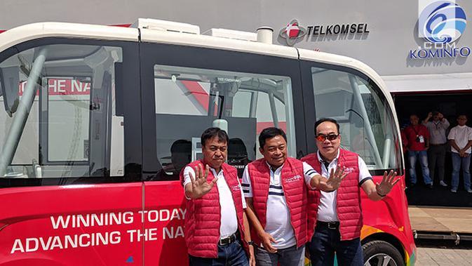 Dirut Telkomsel Ririek Adriansyah, bersama jajaran direksi Telkomsel lain saat memamerkan bus otonomos di Telkomsel 5G Experience Center, Jakarta. Liputan6.com/Jeko I.R.#source%3Dgooglier%2Ecom#https%3A%2F%2Fgooglier%2Ecom%2Fpage%2F%2F10000