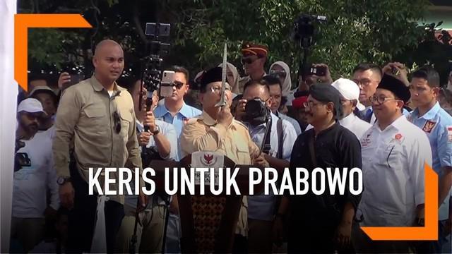 Saat kampanye di Solo, Prabowo mendapat hadiah keris dari pendukungnya.
