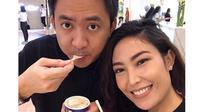 Seperti ini jadinya ketika enak-enak menikmati makanan malah diajak foto. (Foto: instagram.com/mrsayudewi)