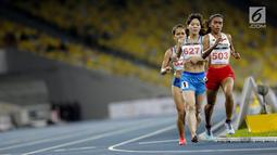 Pelari Indonesia Triyaningsih berlari mencapai garis finis dalam cabana atletik nomor lari 10 km putri SEA Games 2017 di Stadion Nasional Bukit Jalil, Malaysia, Kamis (24/8). Triyaningsih berhasil memperoleh medali emas. (Liputan6.com/Faizal Fanani)