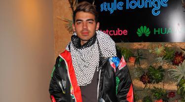 Joe Jonas mengenakan jaket hitam berdesain unik saat menghadiri Kari Feinstein's Style Lounge di Utah, 23 Januari 2016. Jaket itu bergambar semangkuk mie ayam lengkap dengan sayur, sendok dan garpu. (Lily Lawrence/Getty Images untuk Kari Feinstein/AFP)