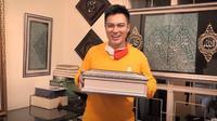Baim Wong bersyukur mendapat kepercayaan diberi kiswah Rasulullah. (Sumber: YouTube/Baim Paula)