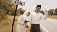 Foto pernikahan di pinggir jalan. (dok. Twitter @apihazmi)