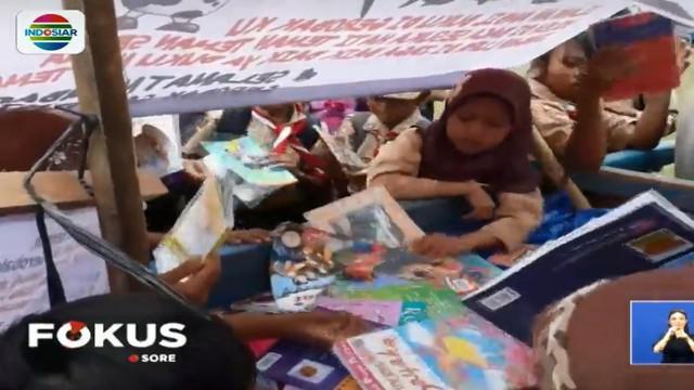Gerobak sapi pustaka ini bukanlah disediakan oleh pemerintah melainkan dari sebuah komunitas warga pegiat minat baca anak Indonesia