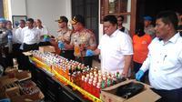 Polisi menyita minuman keras oplosan di Cicalengka. Foto: (Aditya Prakasa/Liputan6.com)
