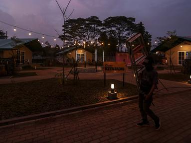 Pekerja berjalan di proyek pembangunan penambahan ruang isolasi di Rumah Lawan COVID-19 (RLC) Serpong, Tangerang Selatan, Banten, Rabu (3/3/2021). RLC berkonsep Tenda Glamour Camping (glamping) ini dibangun oleh Pemkot Tangerang Selatan. (Liputan6.com/Johan Tallo)