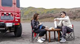 Hubungan asmara aktris sekaligus YouTuber ini dan Arif Hidayat memang terbilang awet dan bahagia. Keduanya pun kerap menghabiskan waktu bersama. Begini momen mereka menikmati secangkir minuman dengan pemandangan di sekitar Bromo.(Liputan6.com/IG/@gritteagathaa)