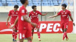 Pemain Persik Kediri, Yusuf Meilana Fuad Burhani (tengah) mendapatkan selamat dari rekan setim usai menjebol gawang Persela Lamongan dalam laga Grup C Piala Menpora 2021 di Stadion Si Jalak Harupat, Bandung, Rabu (7/4/2021). (Bola.com/Ikhwan Yanuar)