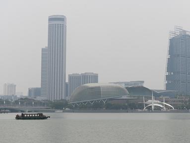 Deretan gedung yang diselimuti kabut asap di Marina Bay, Singapura (13/9/2019). Titik api di hutan hujan Indonesia telah melonjak tajam, data satelit menunjukkan pada 12 September, menyebarkan kabut asap di Asia Tenggara. (AFP Photo/Roslan Rahman)