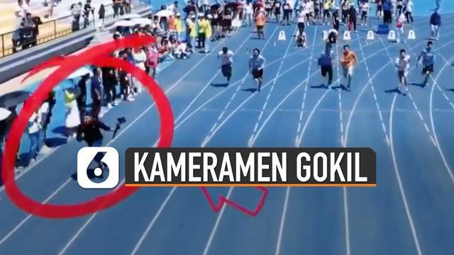 Ia berlari di trek paling tepi dan berada lebih depan dibanding peserta lari.