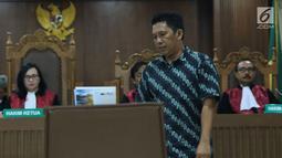 Ketua non aktif Kadin Barabai, Hulu Sungai Tengah, Fauzan Rifani saat menjalani sidang putusan di Pengadilan Tipikor, Jakarta, Senin (13/8). Fauzan Rifani dijatuhi hukuman 4 tahun 6 bulan penjara denda Rp 300 juta. (Liputan6.com/Helmi Fithriansyah)