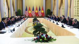 Suasana pertemuan Presiden AS Donald Trump dan Presiden Vietnam Nguyen Phu Trong di Istana Kepresidenan, Hanoi (27/2). Trump dan Kim Jong-un akan melakukan pertemuan empat mata selama 20 menit  di Metropole Hotel pukul 18.30 WIB. (AFP Photo/Saul Loeb)