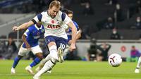 Striker Tottenham Hotspur, Harry Kane, melepaskan tendangan penalti saat melawan Brighton & Hove Albion pada laga Liga Inggris di London, Minggu (1/11/2020). Tottenham menang dengan skor 2-1. (John Walton/Pool via AP)