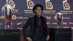 Pemain Barcelona, Neymar berfoto sebelum acara penghargaan LFP (Spanish Professional League) 2014-2015 di Barcelona, Selasa (1/12/2015) dini hari WIB. Neymar meraih penghargaan Best American Player.  (AFP Photo/ Lluis Gene)