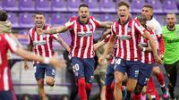 Para pemain Atletico Madrid merayakan kemenangan atas Real Valladolid pada laga Liga Spanyol di Stadion Jose Zorrilla, Sabtu (22/5/2021). Atletico Madrid menang dengan skor 2-1. (AP/Manu Fernandez)