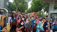 Tolak Omnibus Law, puluhan ribu buruh wanita memblokir akses Jalan Raya Serang, yang merupakan akses jalan menuju Tangerang Raya. (Liputan6.com/ Yandhi Deslatama)