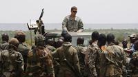 Pada foto tertanggal Mei 2010 ini, seorang personel Pasukan Khusus AS atau US Special Forces - Green Berets (di atas mobil) tengah memberikan arahan kepada tentara Mali. Pasukan AS dikerahkan untuk membantu tentara setempat menumpas teroris di Afrika (AP)