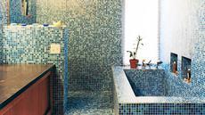 Laburi dinding kamar mandi dengan keramik mosaik berwarna cerah. Finishing glossy dari keramik mosaik membuat kamar mandi terlihat elegan. Foto: Dwell