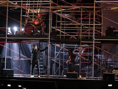 Penampilan grup musik Slank saat membawakan lagu Pak Tani, Mars Slankers, dan Maju Terus Pantang Mundur pada Konser Pancasila Gemilang di JCC, Jakarta, Selasa (22/08). Lagu tersebut menggambarkan Sila Kelima Pancasila. (Liputan6.com/Herman Zakharia)