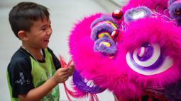 Seorang anak menghadiri upacara kelulusan program pelatihan tari barongsai di Makau, 12 September 2020. Selama musim panas, 40 anak menyelesaikan program pelatihan tari barongsai, seni pertunjukan tradisional China yang sering dipentaskan untuk hiburan di acara-acara perayaan. (Xinhua/Cheong Kam Ka)