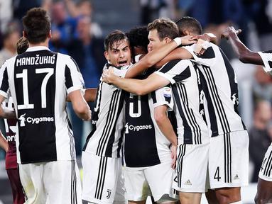 Para pemain Juventus merayakan gol yang dicetak Miralem Pjanic ke gawang Torino pada laga Serie A, Italia, di Stadion Allianz, Sabtu (23/9/2017). Juventus menang 4-0 atas Torino. (AFP/ Filippo Monteforte)