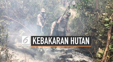 Sebagian anggota Polres Musi Banyuasin spontan melakukan sujud syukur ketika hujan mulai turun di lahan hutan yang terbakar.