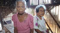Dua janda lanjut usia, warga Kampung Krajaan Pawanda, Desa Medang Asem, Kecamatan Jayakerta, Karawang, terpaksa harus tinggal dan hidup bersama kambing. (Liputan6.com/ Abramena)