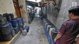 Warga sedang mengisi air ke dalam jeriken di Muara Baru, Jakarta, Selasa (9/7/2019). Pada saat musim kemarau air sumur tidak mengalir deres, untuk memenuhi air bersih warga dalam sehari mereka mengeluarkan uang Rp. 15.000 untuk membeli enam jeriken untuk air bersih. (Liputan6.com/Herman Zakharia)
