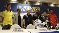Indra Sjafri dalam konferensi pers Timnas Indonesia U-22 di Hotel Century Park, Manila, Minggu (24/11/2019). (Bola.com/Muhammad Iqbal Ichsan)