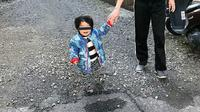Bocah Jepang yang tampak berdiri melayang tanpa kaki (Twitter/@nodowoyaku)