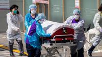 Pekerja medis Rumah Sakit Universitas Nasional Kyungpook memindahkan seorang pasien di Daegu, Korea Selatan, Rabu (4/3/2020). Jumlah total pasien yang terinfeksi virus corona (COVID-19) di Korea Selatan bertambah menjadi 5.621 kasus. (Xinhua/Lee Sang-ho)