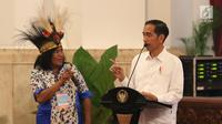 Presiden Jokowi berdialog dengan perwakilan nelayan dari Papua saat pertemuan di Istana Negara, Jakarta, Selasa (8/5). Di sela-sela pertemuan, Jokowi juga memberikan kesempatan kepada nelayan untuk menyampaikan keluhan. (Liputan6.com/Angga Yuniar)