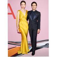 Zac Posen bersama Fei Fei Sun dalam gaun rancangannya (Instagram @zacposen)