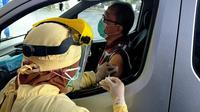 Warga lansia menjalani vaksinasi dengan layanan sistem drive thru di Malang pada 1 April 2021. Program ini menandai dimulainya vaksinasi untuk lansia di Kota Malang (Liputan6.com/Zainul Arifin)