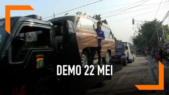 Polda Metro Jaya mengevakuasi belasan mobil yang dibakar dan dirusak saat terjadinya kerusuhan antara polisi dan massa di jalan KS tubun Petamburan. Polisi juga menutup arus lalu lintas dari Tanah Abang menuju Slipi.