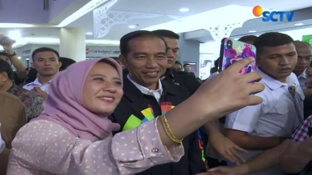 Tak sedikit pula yang meminta berswafoto bahkan membuat foto bumerang bersama presiden.