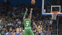 Pebasket Boston Celtics, Jaylen Brown, melepaskan tembakan saat melawan Orlando Magic pada laga NBA di Amway Center, Orlando, Minggu (5/11/2017). Magic kalah 88-104 dari Celtics. (AP/Willie J Allen Jr)