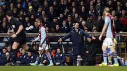 Pelatih Arsenal Arsene Wenger memberikan arahan kepada pemain Arsenal saat laga pertandingan sepak bola Liga Utama Inggris antara Aston Villa melawan Arsenal di Villa Park, Birmingham, pada (13/01/14) waktu setempat. (Foto: AFP/Adrian Dennis)