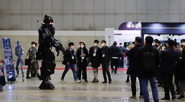 Pengunjung mengamati sebuah robot prajurit dalam Pameran Pertahanan dan Keamanan Korea Selatan  2020 di Korea International Exhibition Center di Goyang, Korea Selatan (18/11/2020). Korsel memutuskan untuk menaikkan satu level dari lima tingkat aturan social distancing. (Xinhua/Wang Jingqiang)