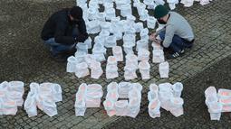 Para aktivis lingkungan mengerjakan sebuah instalasi yang menyerukan perlindungan hutan di luar kantor pusat Komisi Eropa di Brussel, Belgia (14/12/2020). (Xinhua/Zheng Huansong)