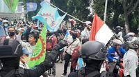 Sejumlah aliansi buruh yang demo tolak Omnibus Law RUU Cipta Kerja diadang Brimob saat menuju ke Gedung DPR/MPR, Kamis (9/10/2020). (Liputan6.com/Ady Anugrahadi)