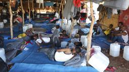 Pengungsi Ethiopia beristirahat di wilayah Qadarif, Sudan, Rabu (18/11/2020). Pertempuran yang kian meluas di perbatasan Ethiopia dan Sudan mengancam wilayah Tanduk Afrika. (AP Photo/Marwan Ali)