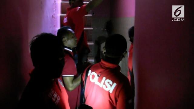 Polres Metro Jakarta Selatan menggelar razia narkoba di Kampung Manggis. Dalam penggerebekan seorang bandar narkoba berhasil melarikan diri