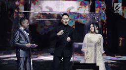 Demian saat akan melakukan aksi sulap dalam acara SCTV Music Awards 2018 di Studio 6 Emtek, Jakarta, Jumat (27/4). Aksi sulap dari demian ini juga berhasil mengibur sekaligus memukau penonton. (Liputan6.com/Faizal Fanani)