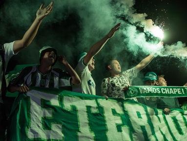 Fans menyalakan flare saat memperingati satu tahun kecelakaan pesawat Lamia 2933 yang menewaskan penumpang dan pemain klub Chapecoense di Arena Conda stadium, Chapeco, Santa Catarina, Brasil, (28/11/2017). sekitar 19 pemain meninggal. (AFP/Nelson Meida)