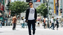 Gaya OOTD kasual Joe Taslim saat berada di Jepang ini juga menarik perhatian. Pasalnya, pria kelahiran 23 Juni 1981 ini tampil cukup sederhana. Ia memillih mengenakan sebuah kaus putih dan dipadukan dengan outer, celana dan kacamata hitam. (Liputan6.com/IG/@joe_taslim)