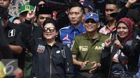 Istri Presiden RI ke 6, Ani Yudhoyono bersama Pramono Edhie Wibowo saat menghadiri Kampanye Akbar Satukan Jakarta di kawasan Kuningan, Jakarta, Sabtu (11/02). Dalam kampanye tersebut turut hadir juga Ani Yudhoyono. (Liputan6.com/Herman Zakharia)