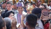 Presiden Joko Widodo mengenakan baju adat Toraja dan ikat kepala Passapu saat menghadiri Festival Lovely December 2018. (dok. Instagram @jokowi/Dinny Mutiah)