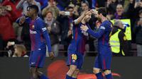 Penyerang Barcelona, Lionel Messi (kanan) melakukan selebrasi bersama Jordi Alba (tengah) usai merobek jala Levante, pada laga lanjutan La Liga 2017-2018, di Estadio Camp Nou, Minggu (7/1/2018) malam WIB.  (AFP/Josep Lago)