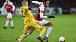 Aksi penyerang Arsenal, Pierre Emerick Aubameyang pada leg 1,32 besar Liga Europa yang berlangsung di stadion Borisov Arena, Borisov, Jumat (15/2). Arsenal tumbang 0-1 kontra Bate Borisov. (AFP/Sergei Gapon)